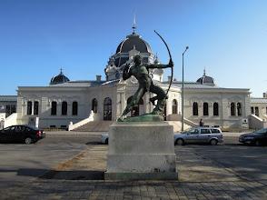 Photo: Közvetlenül a műjégpálya épülete előtt áll Kisfaludy Strobl Zsigmond Az Íjász című szobra