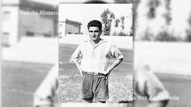 Heureux de ses débuts à Almería.  En regardant le pantalon, on comprend les lacunes de cette époque.