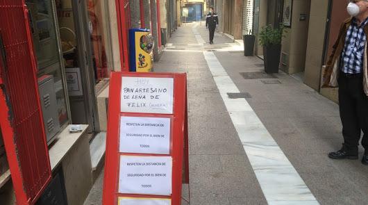 En la calle Las tiendas tan solo resisten abiertos dos colmados de alimentación.