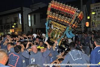 Photo: 【平成21年(2009) 本宮】  祭典本部前で激しく神輿もみ。