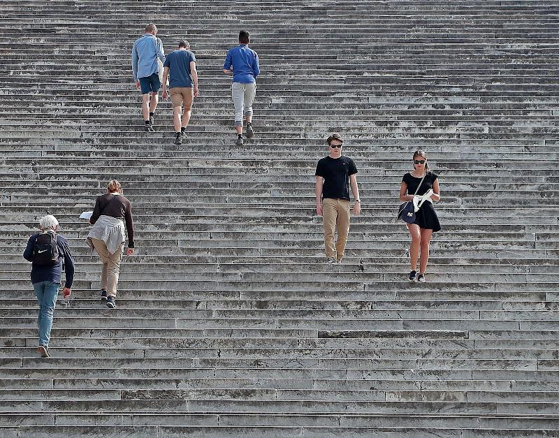 La vita è fatta a scale, chi le scende e chi le sale.................. di romano