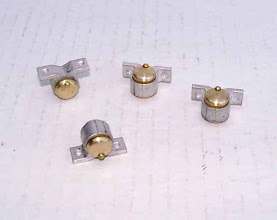 Photo: Fabrication des boites d'essieu. Le profilé modifié provient de GSB.  Le moyeu en laiton est collé. Le rivet simule le bouchon de remplissage d'huile.