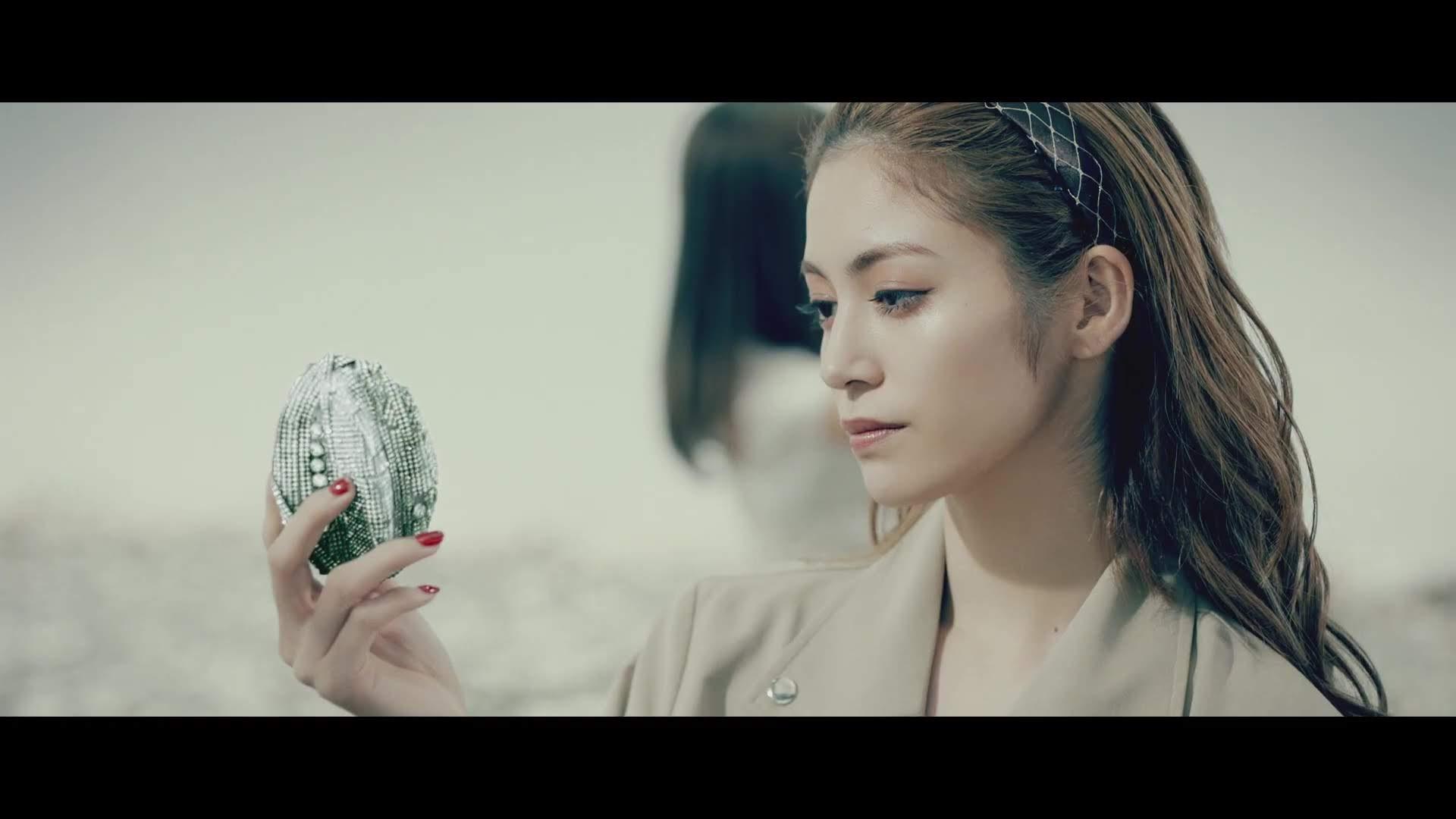 Kaede olhando a fruta.