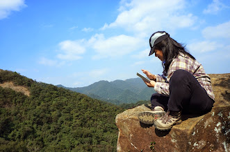 Photo: 山崖峭壁上刷手機,還真是別有一番滋味