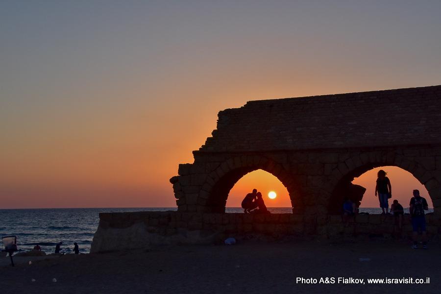 Римский акведук. Кейсария. Закат. На экскурсии гида в Израиле Светлана Фиалкова.