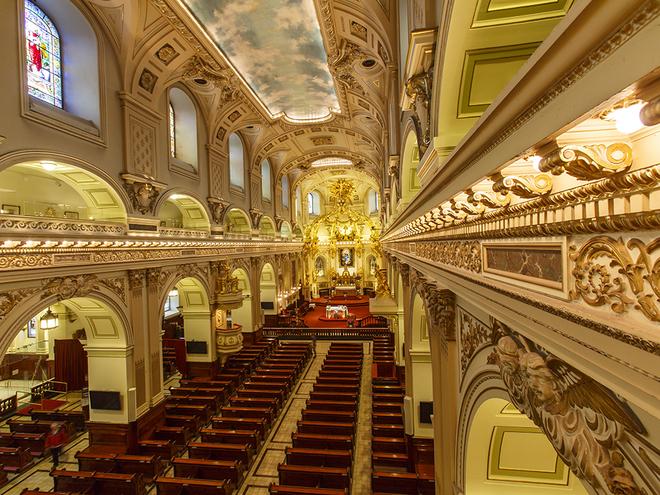 ở nhà thờ Đức Bà Quebec (Notre-Dame de Quebec), Canada