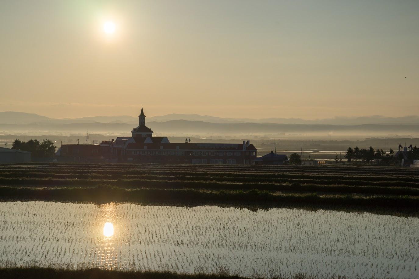 サンフラワーパーク北竜温泉に昇る朝陽