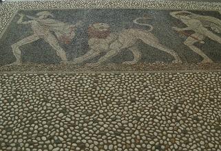 Photo: Kiezelmozaiek met jachttafereel. Links Alexander en rechts Craterus