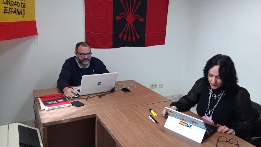 Luz Belinda Rodríguez en su despacho, con la bandera en la pared, en una imagen publicada por ella misma en Twitter.