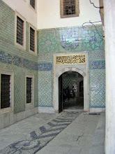 Photo: Harem, Topkapi Palace, walls covered with Iznik tiles and floor with pebble mosaics ***** muren bedekt met Iznik tegels en grintmozaikvloer