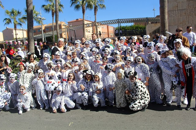 Los numerosos  integrantes de la academia de baile Ana Soriano, de el Zapillo, participaron en la jornada de Carnaval.