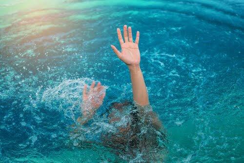 ahogándose