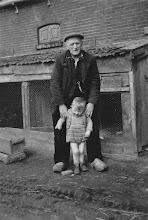 Photo: Egbert Hovenkamp II met zijn opa. Eexterhalte 1956