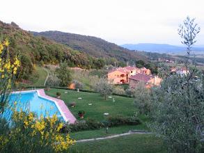 Photo: ... die Anhöhe zum Pool mit Blick auf Volterra. (Auch, wenn es nicht zu sehen ist: Ganz da hinten auf dem Hügel ist es!)
