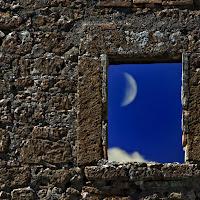 la luna nella finestra di
