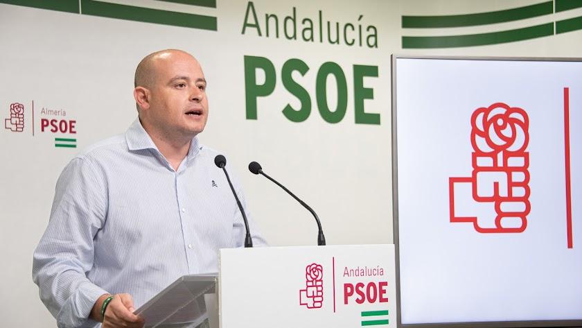 Antonio Martínez durante su intervención en la rueda de prensa del PSOE de Almería de este martes.