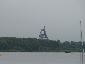 Photo: Een mijnlift aan de overkant van de vijver.