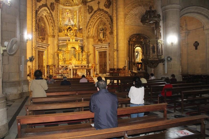 Almerienses en el Santuario de la Virgen del Mar durante la celebración de la eucaristía.