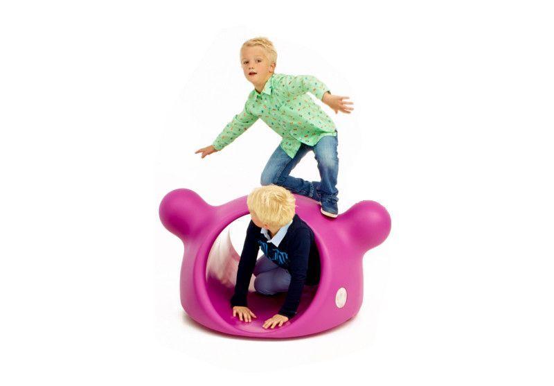 Een tunnel ! Plezier verzekerd. Muti is niet alleen een tunneltje, als 2 kinderen op zijn « oren » plaatsnemen, is hij tegelijk een schommel, aangezien de onderkant licht gebogen is. Bovendien is er geen gevaar voor de vingertjes, alles is goed doordacht.