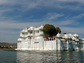 Photo: auf dem Boot vorbei am Lake Palace Hotel