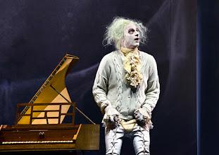"""Photo: WIEN/ Burgtheater: """"Der eingebildete Kranke"""" von Jean Baptist Moliere, Premiere 5.12.2015. Inszenierung: Herbert Fritsch. Joachim Meyerhoff. Copyright: Barbara Zeininger"""