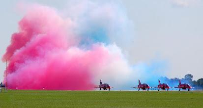 """Photo: Brytyjski zespół akrobacyjny """"Red Arrows"""" na samolotach BAE """"Hawk"""""""