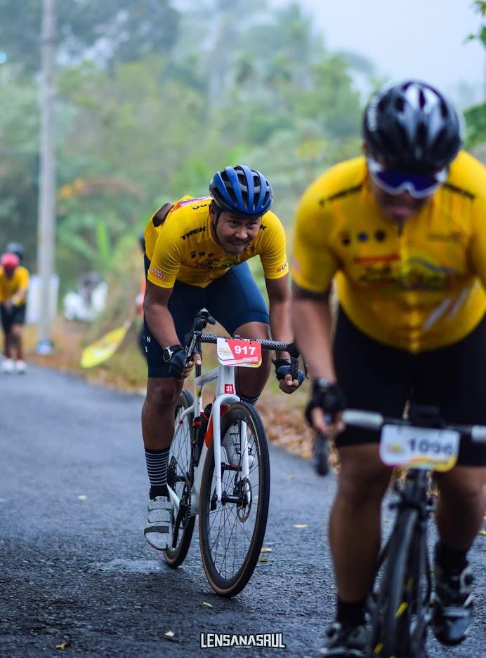 Ernest eks Gitaris Cokelat ikut race KOM Tour de Ambarrukmo 2019 saat suasana berkabut