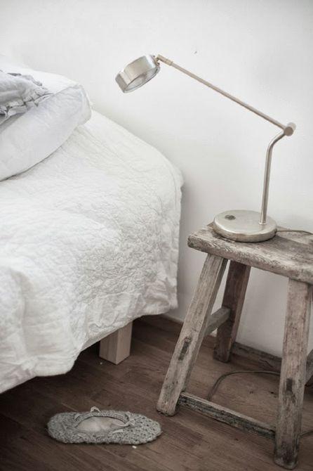 Aksen rustic pada kamar tidur bergaya Scandinavian - source: thespruce.com