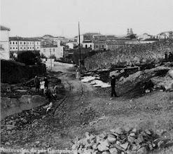 Photo: O muro do Pazo, ó fondo ó antigo cárcere de Pontevedra, logo pasou a ser o Xulgado. O camiño sería a actual rúa do Xeneral Rubín