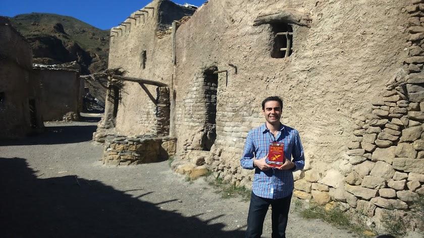 Jaume Palau muestra la primera edición de la guía en el poblado de El Chorrillo.