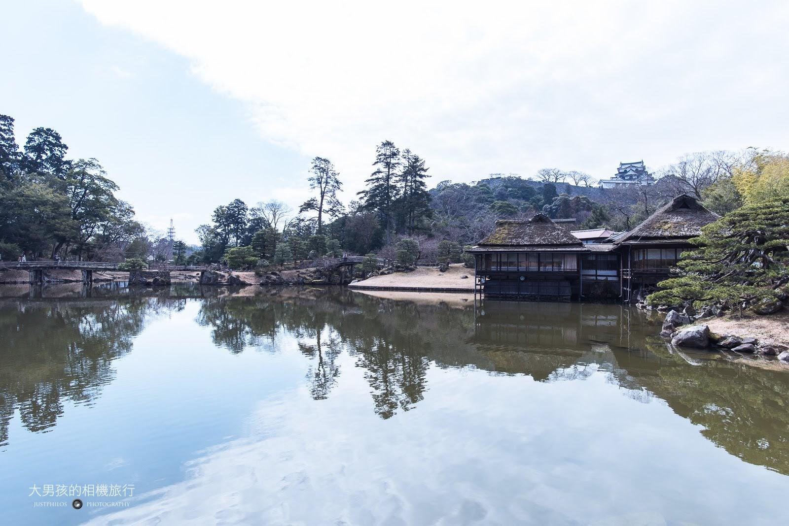 玄宮園內最有名的「鳳翔台」與彥根城天守閣的倒影。