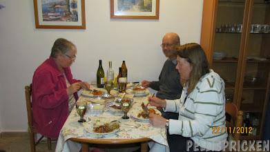 Photo: Hemma igen bjöd våra gäster oss på hämtat från Kinaresturangen här i byn
