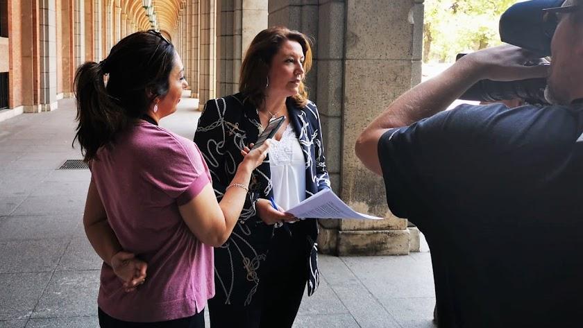 Carmen Crespo tras la reunión.