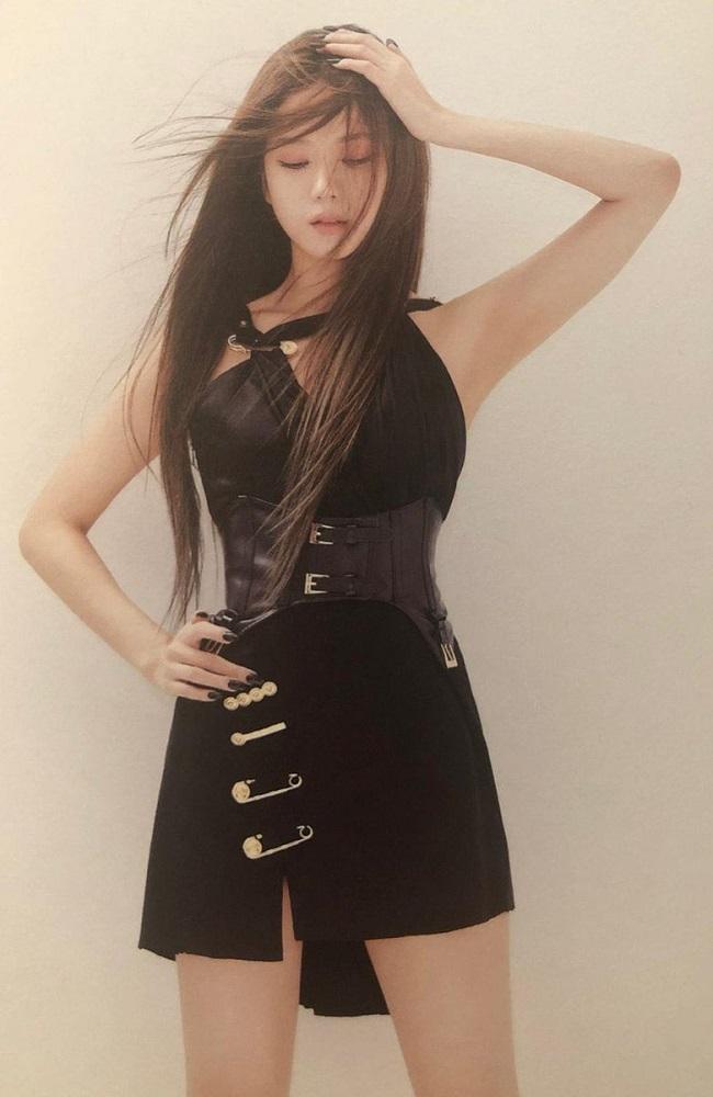 Jisoo-BlackPink-Black-Dress-With-Safety-Pins-3