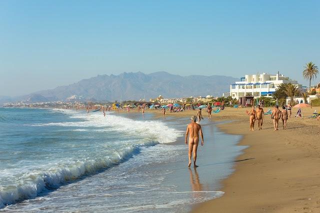 Es una de las zonas naturistas pionera en las playas españolas