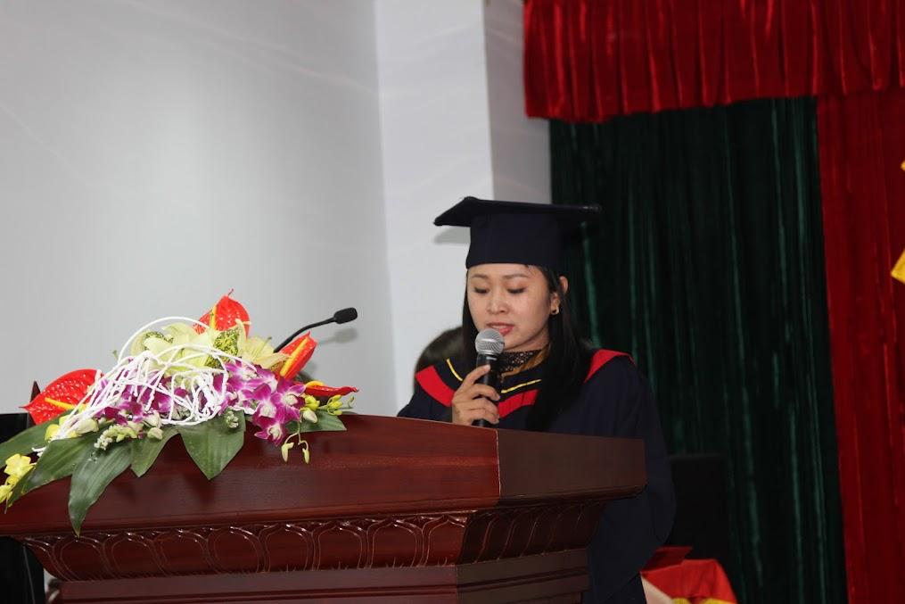 Sinh viên Đinh Thị Nhạn - Lào Cai đại diện cho các tân cử nhân phát biểu cảm nghĩ và tặng hoa tri ân tới các thầy cô.
