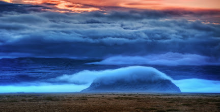 Photo: The seas of the mountains churn in the fog...