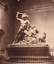 Photo: Canova hatte die Figurengruppe als Rundumansicht geplant, es sollte in Mailand freistehend an einm Platz aufgestellt werden.  Die Gegebenheiten in Wien waren aber ganz anders. Canova war sehr unglücklich über die Lichtlösung im Tempel (Oberlichte).  Auch sein Vorschlag, die Gruppe auf eine drehbare Scheibe zu stellen,  wurde aus technischen Gründen nicht realisiert (Streit zwischen Zylinder oder Kugellager) .