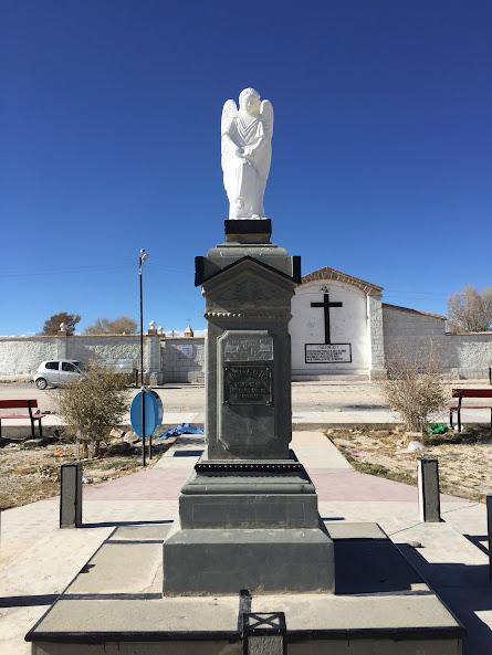 ウユニの教会の前にそびえ立つキリスト教の像