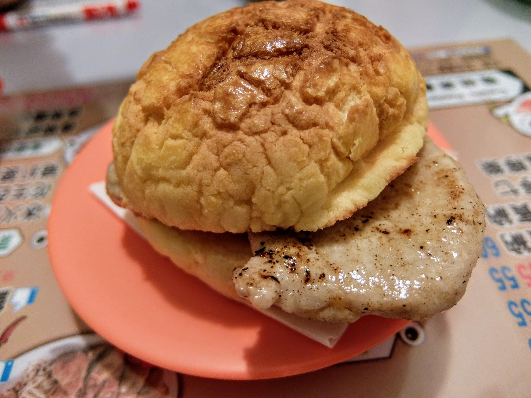 豬扒波蘿包啊! 其實就很簡單做法,菠蘿包夾肉片