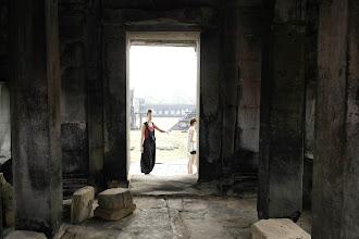 Photo: Doreen Wolff in der Tempelanlage von Ankor Wat/ Kambodscha