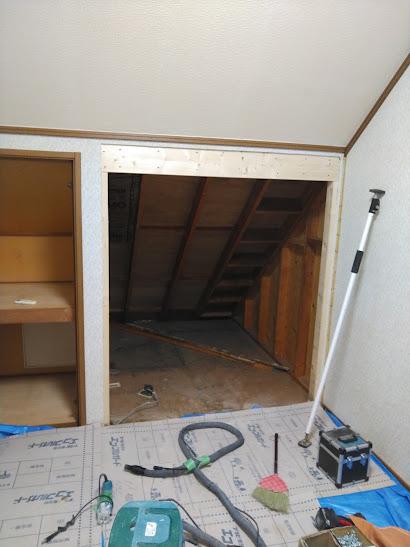 3階洋室壁を解体中2