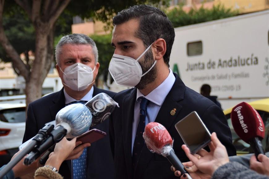 Ramón Fernández-Pacheco, alcalde de Almería, atiende a los medios.