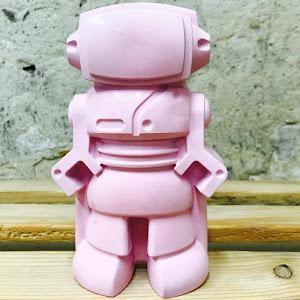 objet déco pour fille un robot en béton de couleur rose fuchsia