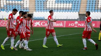 Demirovic celebrando el gol con sus compañeros.