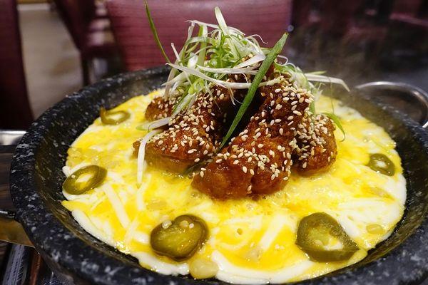 韓國小菜吃到飽,燃燒吧!熔岩起司炸雞,起司狂潮再臨!玉豆腐韓式料理-家樂福愛河店。