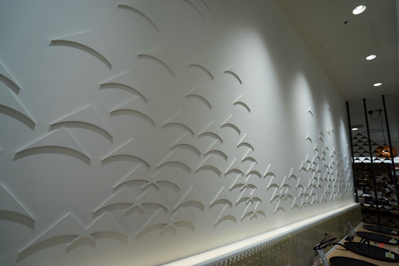 「三山」のマークが施された、繊細でオシャレな壁のデザイン