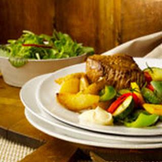 Biefstuk Met Gebakken Aardappeltjes, Mayonaise En Gewokte Zomergroenten