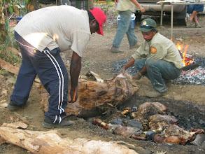 Photo: Kakadu NP - traditional bush tucker (buffalo legs were buried and steamed) at Jabiru indigenous festival/ tradicne pochutky miestnych obyvatelov - byvolie stehna udusene v zemnych peciach, husy ci ryby barramundi
