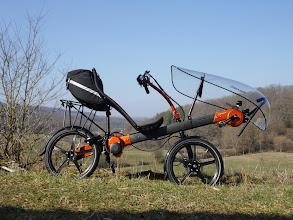 Photo: Vu d'ensemble, Greenmachine electrique monobras orange. Jantes Composite Carbone.